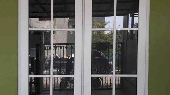 Jendela UPVC Jungkit Warna Putih Taman Asri Lama Larangan Tangerang
